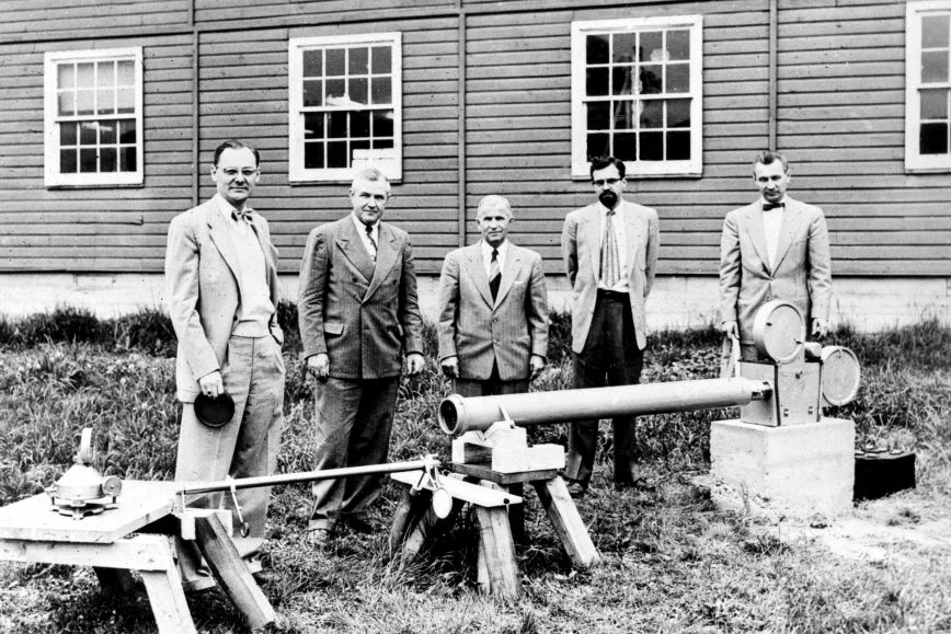 Veikko Heiskanen (middle) and T.J. Kukkamäki (right) in Ohio State University preparing the 1954 Solar eclipse expedition.